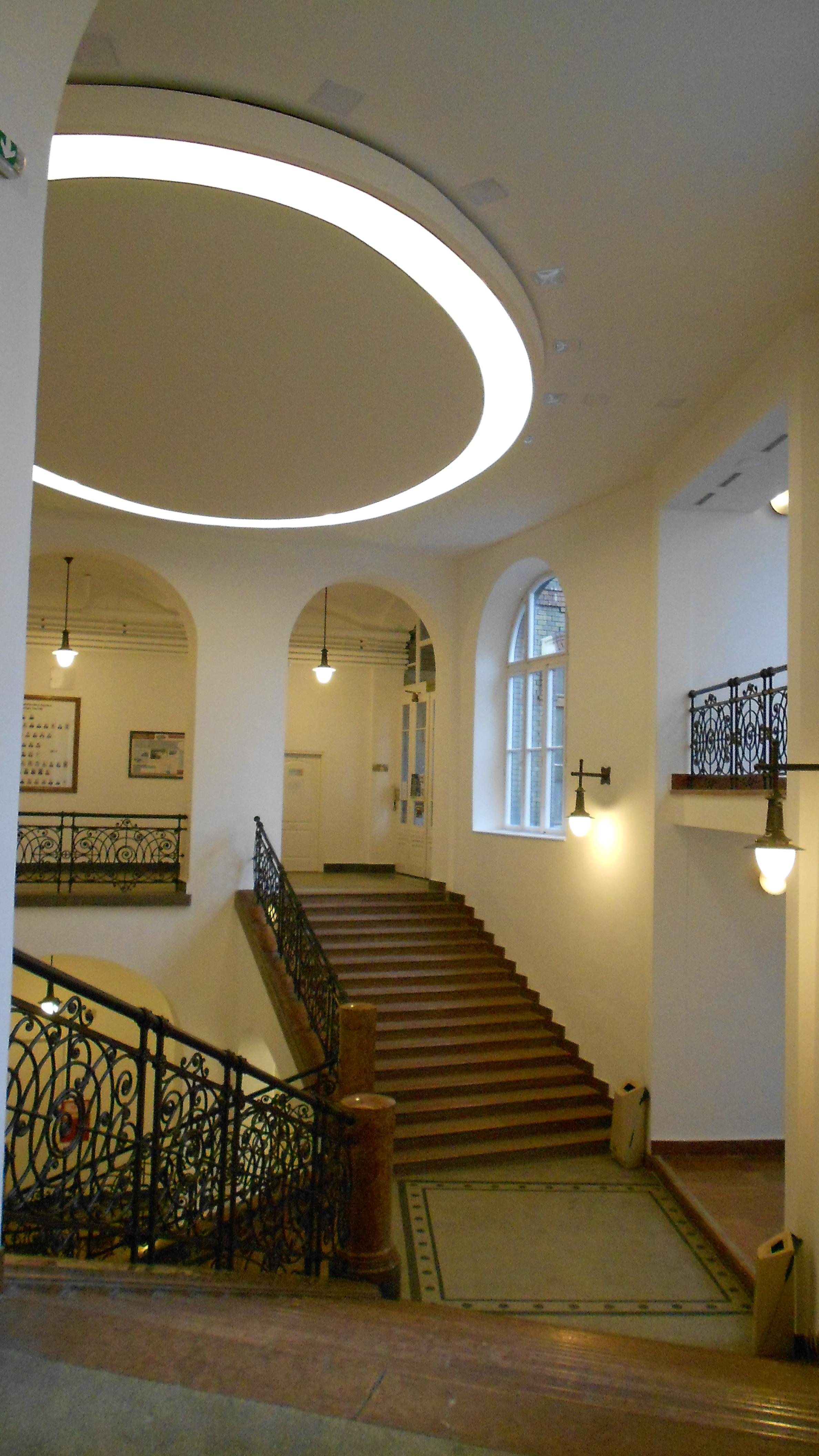 CH épület felújított lépcsőháza